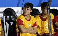 Quang Hải lặng lẽ ngồi trên ghế dự bị, chúc mừng đồng đội sau chiến thắng trước U22 Campuchia