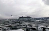 Chật vật cứu hộ du thuyền giữa bão lớn ở Na Uy
