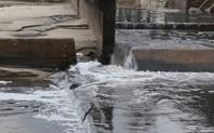 Nước thải màu đen, bốc mùi nồng nặc đổ ra biển Đà Nẵng sau mưa lớn