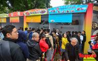 Xếp hàng cả tiếng đồng hồ để mua cơm gà Singapore tại Hồ Gươm