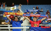 CĐV Việt Nam - Thái Lan bắt tay vui vẻ trước trận quyết đấu dù trước đó lời qua tiếng lại trên mạng xã hội