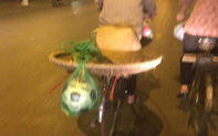 Chiếc xe đạp của người mẹ bán hàng rong cùng món quà buộc lủng lẳng đằng sau khiến nhiều người xúc động