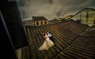 Bức xúc việc cặp đôi chụp ảnh cưới nằm trên mái nhà cổ ở Hội An