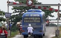Nghệ An: Xe buýt tự ý mở rào chắn, liều mình chở khách qua cầu yếu