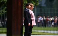 """Phút """"hú hồn"""" của bà Merkel ngay cạnh tân Tổng thống Ukraine"""