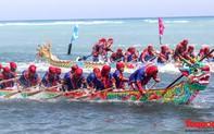 Hàng ngàn người dân đội nắng, lội nước đi xem lễ hội đua thuyền ở đảo Lý Sơn