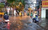 Hà Nội mưa lớn sau những ngày nắng nóng, nhiều tuyến phố ngập sâu trong nước