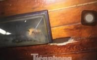 Thuyền viên ở Hạ Long trèo lên nóc nhà vệ sinh của tàu để quay khách nữ tắm qua lỗ đục sẵn