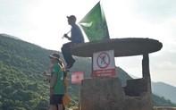 Dù có biển cấm, du khách vẫn trèo lên di tích Hải Vân Quan để chụp ảnh