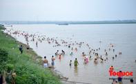 """Hà Nội: Bãi cát ven sông Hồng biến thành """"bãi tắm tự phát"""" dù đã có biển cấm"""