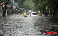 """Hà Nội mưa lớn, """"xế hộp tập bơi"""" qua tuyến phố ngập nước"""