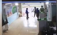 Video: Tên cướp dùng súng bắn vào bảo vệ ngân hàng Vietcombank