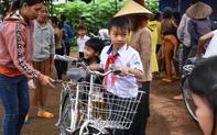 Trao tặng 50 chiếc xe đạp cho học sinh nghèo tại vùng biên giới tỉnh Gia Lai trước năm học mới.