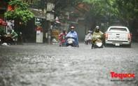 """Hà Nội: Mưa lớn giữa giờ trưa, người dân vượt """"sông trong phố"""" về nhà"""