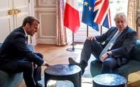 """Hứng bão chỉ trích vì bàn chân """"kém duyên"""" khi gặp Tổng thống Pháp, Thủ tướng Anh bất ngờ được minh oan đầy kịch tính"""