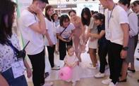 """Mẹ con diễn viên phim """"Nàng dâu Oder"""" được """"fan"""" vây kín khi xuất hiện ở Lễ hội Sữa Hàn Quốc"""