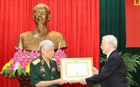 Tổng Bí thư, Chủ tịch nước Nguyễn Phú Trọng trao Huy hiệu 70 năm tuổi Đảng tặng đồng chí Lê Khả Phiêu