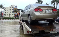"""Video: TP. Vinh ngập cục bộ, phương tiện """"bì bõm"""" trong nước"""