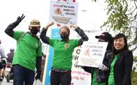 """Hà Nội: Người nước ngoài cùng học sinh giơ cao khẩu hiệu """"Đừng để Táo quân mang rác lên chầu"""""""