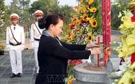 Chủ tịch Quốc hội dâng hương viếng các Liệt sĩ tại Nghĩa trang tỉnh Bến Tre