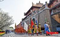 Du khách thích thú xem tái hiện nghi lễ dựng nêu đón Tết tại Kinh thành Huế