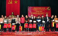Đồng chí Trương Thị Mai tặng quà Tết người nghèo, người có hoàn cảnh khó khăn tại Hưng Yên