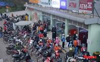 Hà Nội: Công nhân xếp hàng dài chờ rút tiền tại cây ATM trước khi về quê đón Tết