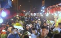 """Rạng sáng 28 Tết: Chợ hoa Quảng An đông """"nghẹt thở"""", người dân cùng thương lái tất bật thâu đêm"""