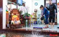 Hình ảnh Hà Nội ngập lụt tối 30 tết, dân hối hả tát nước để kịp đón Giao thừa