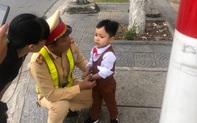 Bé trai 3 tuổi bị lạc, may mắn được CSGT giúp đỡ