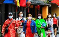 Phát miễn phí khẩu trang cho du khách khi tham quan phố cổ Hội An