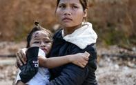 24h qua ảnh: Mẹ bế con gái nhỏ được cứu thoát khỏi lở đất ở Quảng Nam