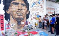 """Nến, hoa và những giọt nước mắt tiễn biệt """"Cậu bé Vàng"""" Maradona về với """"Chúa trời"""""""