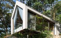 """Ngôi nhà nhỏ 40m² chênh vênh trên núi """"tắm"""" trọn ánh nắng và bóng cây ở ngoại ô Hà Nội"""