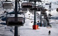 """Mùa đông đến, các khu trượt tuyết châu Âu """"khốn đốn"""" vì dịch bệnh"""