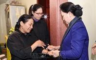 Chủ tịch Quốc hội thăm, động viên gia đình các liệt sĩ hy sinh trong đợt mưa lũ tại miền Trung