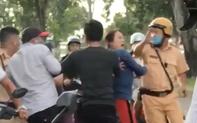Clip: 2 CSGT bị nhóm người đánh tới tấp ở Sài Gòn