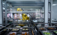 24h qua ảnh: Robot chuẩn bị bữa trưa trong trường học ở Trung Quốc