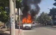 Ô tô du lịch bốc cháy rồi trôi tự do trên đường, 2 người nhảy khỏi xe thoát chết