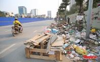 Hà Nội: Đường Nguyễn Văn Huyên kéo dài ngập trong rác thải bốc mùi hôi thối