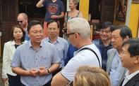 Chủ tịch Quảng Nam nói tiếng Anh với du khách Tây trên phố cổ Hội An