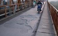 Cầu Long Biên xuống cấp đến không ngờ, mặt đường bị cày xới khiến người dân đi lại gặp nhiều khó khăn