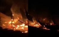 Xưởng gỗ bốc cháy dữ dội lúc rạng sáng ở Bình Phước, 1 người tử vong