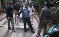 Hà Nội: Bức xúc vì cảnh để xe lộn xộn trong ngõ, người dân tự ý lập rào chắn
