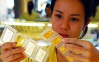 Chị em công sở rủ nhau rút tiết kiệm trước hạn để mua vàng vì giá vàng lên cao, có nên không?