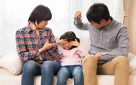 """Những sai lầm của bố mẹ khiến con lớn lên chẳng khác gì """"chú gà công nghiệp"""" luôn co ro sợ hãi"""
