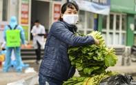 [Ảnh] Tiếp tế 350kg rau cho khu chung cư gần 1.000 dân cách ly ở Hà Nội