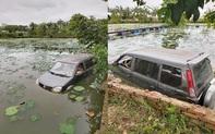 """Ô tô 7 chỗ """"ngụp lặn"""" giữa hồ sen, hiện trường tai nạn khiến dân mạng ám ảnh"""