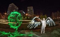 Các nghệ sĩ trình diễn tranh ánh sáng bày tỏ sự biết ơn với những chiến sĩ áo trắng