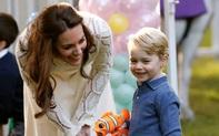 """Bật mí lý do sâu xa khiến Công nương Kate luôn phải ngồi xuống mỗi khi các Hoàng tử, Công chúa """"ăn vạ"""""""